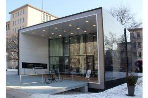 """Anhand ausgewählter Parameter hat Prof. Timo Leukefeld zwei Energieeffizienz-Gebäude der Initiative """"Effizienzhaus Plus mit Elektromobilität"""" miteinander verglichen. Bild: Timo Leukefeld"""