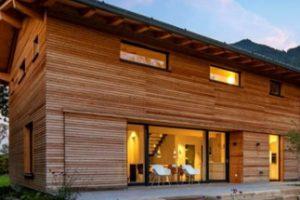 Dieses Passivhaus im bayerischen Marquartstein lädt vor malerischer Kulisse zu einer Besichtigung ein (ID 5547). Bild: Lebensraum Holz