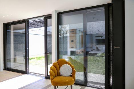 Screens schützen vor Überhitzung, große einbruchsichere Lüftungsklappen dienen der Nachtauskühlung. Bild: Renson