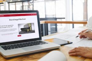 Laptop mit Online-Tool Brandriegel-Rechner