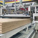 Brettschichtholz in einer Fertigungshalle