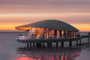 Restaurant im Hotelresort Ummahat Al Shaykh Island von Kengo Kuma in Holzbauweise