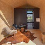 Ein Raumteiler in der Mitte separiert den Wohn- und Schlafbereich voneinander. Bild: Solarlux