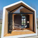 """Die Glas-Faltwand kann auf beiden Seiten komplett geöffnet werden und verleiht dem Haus so eine Art """"Glamping""""-Gefühl. Bild: Solarlux"""