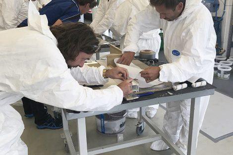 Teilnehmer der Praxis-Workshops für Architekten und Planer bei der fachgerechten Abdichtung eines Tür- bzw. Fensteranschlusses mit Flüssigkunststoff. Bild: Soprema