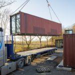 Die fertig ausgebauten Container werden mit Standardlogistik angeliefert und nach 4 Tagen Aufbauzeit vor Ort steht das gesamte Ensemble. Bild: Steffen Scheyning