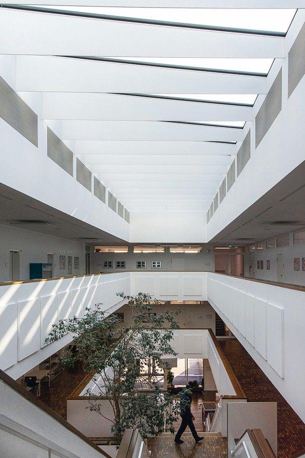 Der zentrale Treppenbereich lässt den Betrachter alle Stockwerke frei überblicken. Bild: Sonatech