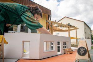 Anschaulich: Architektur-Studenten der TU Darmstadt zeigen am Beispiel eines Modells, wie der Dorfladen + final aussehen wird. Bild: Sto-Stiftung / Claudius Pflug