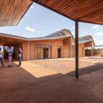 Studenten im Gespräch am Burkina Institute of Technology, Kéré Architecture