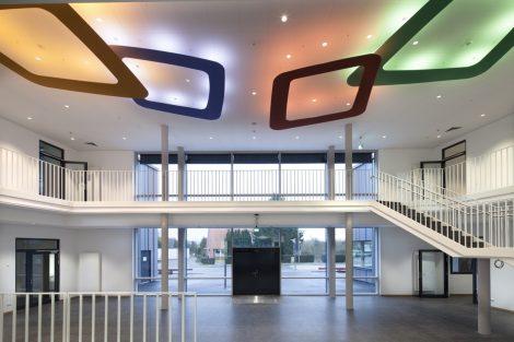 Untersuchungen zeigen: In Schulen oder Büros, die mit einem ausreichend hohen Tageslichtanteil ausgestattet sind, verbessert sich die Konzentration. Bild: Rainer Erhard