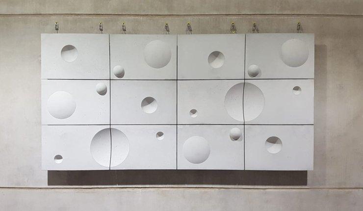 Das doppelgekrümmte Textilbeton-Fassadenelement wiegt rund 200 Kilogramm weniger als ein entsprechendes Stahlbeton-Pendant. Bild: Stanecker GmbH