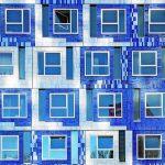 Identitätsstiftend: Die Fassade erinnert an einen weißblauen niederländischen Wolkenhimmel, besteht aber aus eigens glasierten Klinkerriemchen. Bild: Michael van Oosten