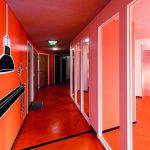 Die Erschließungsflure und einzelnen Wohneinheiten wurden im Kontrast betont farbig gestaltet – von Blau oder Orange über Grün und Rot bis hin zu Gelb. Bild: Michael van Oosten