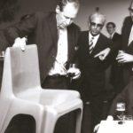 Philip Rosenthal präsentiert dem ehemaligen Kanzler Ludwig Erhard und Walter Gropius den Bofinger-Stuhl