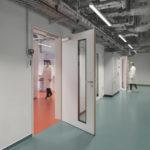 Geschützte Laborarbeitsplätze im neuen Isotopenlabor in Lübeck