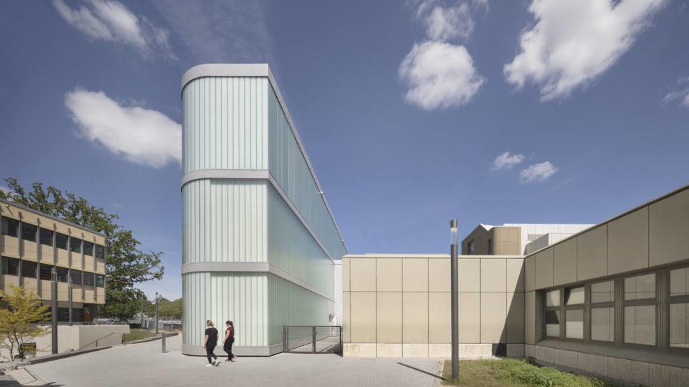 Neues Isotopenlabor in Lübeck von hammeskrause mit semitransparenter Profilglas-Fassade