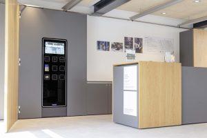 Das neu gestaltete Foyer empfängt die Besucher mit einem freundlichen, hellen Design. Ist die Museumstheke nicht besetzt, können Besucher ihre Eintrittskarte am Kassenautomat V21 von Wanzl ohne Wartezeit kaufen. Bild: Junghans Terrassenbau Museum