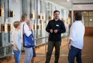 Arkas Förstner ist in seinem Element. Der Museumsleiter führt Besucher durch die spannende Welt der Schwarzwalduhren. Bild: Junghans Terrassenbau Museum