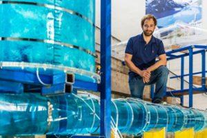 Innovativer Energiespeicher: Franz Georg Pikl im Wasserbau-Labor der TU Graz. Die von ihm entwickelte Technologie könnte 90 Prozent der weltweiten Energieversorgung decken. Bild: Staudacher / TU Graz
