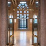Alte Pinakothek in München, Windfang, Blick in die große Eingangshalle