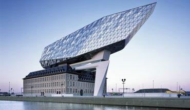 """Architektur-Kongress Neues Bauen mit Stahl - Aufstockung """"Port House"""" in Antwerpen (Zaha Hadid Architects). Bild: Helene Binet"""