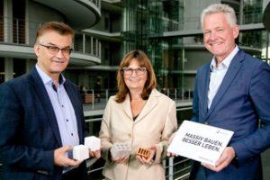 Mauerstein gegen Wohnungsmangel: Übergabe der Mauerwerk-Strategie 2030. V.l.n.r.: DGfM-Geschäftsführer Dr. Ronald Rast, Mechthild Heil (CDU), DGfM-Vorsitzender Dr. Hannes Zapf. Bild: DGfM