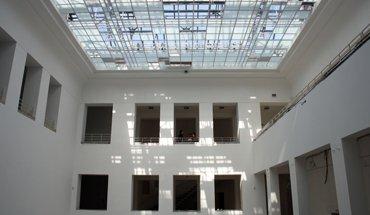 Zu den Highlights im künftigen Baukunstarchiv NRW gehört der große Innenhof mit seinem charakteristischen Glasdach, welches im Zuge der Sanierungsarbeiten gereinigt und erneuert wurde. Bild: Christof Rose