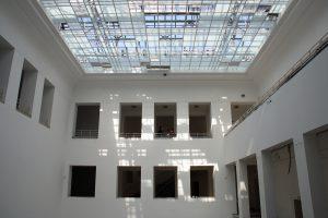 Zu den Highlights des künftigen Baukunstarchivs NRW gehört der große Innenhof mit seinem charakteristischen Glasdach, welches im Zuge der Sanierungsarbeiten gereinigt und erneuert wurde. Bild: Christof Rose