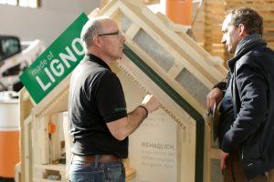 Fachlicher Austausch im HolzBauZentrum in Halle 2.2 auf der bautec. Bild: Messe Berlin