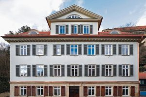 Dämmputz aus Aerogel ermöglicht denkmalgerechte Sanierung: Nur 4 mm dünn gedämmt kann das historische Erscheinungsbild einer Fassade erhalten werden. Bild: Hasit
