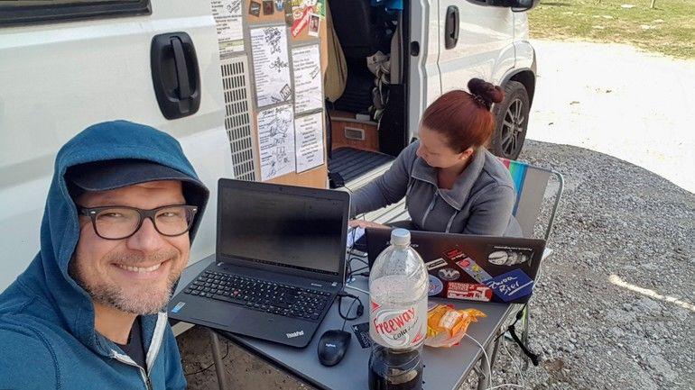 bba0102_21GuW03_Die Landschaftsarchitekten bei der Arbeit vor ihrem rollenden Büro. Bild: SZplanSZplan_MobileOffice.jpg