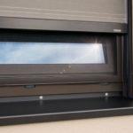 Die Fenster-Markise ist auch mit Insektenschutz kombinierbar. Bild: Warema