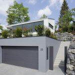 Moderne_Architektur_–_von_Anfang_an:_Schon_die_Eingangssituation_mit_Garagenzufahrt_und_Zugang_zum_Grundstück_ist_architektonisch_anspruchsvoll_gestaltet._