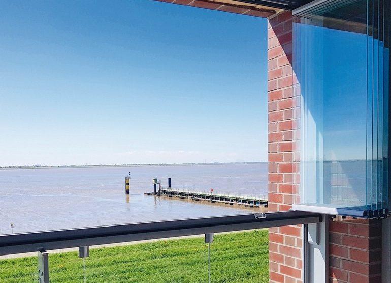 Rahmenlose Einschienen-Balkonverglasung. Bild: Lumon