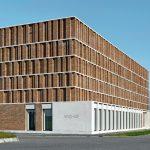 Wie eine Fortsetzung der Bücherregale im Inneren erscheinen die profilierten Klinker-Fassaden. Bild: Stefan Müller