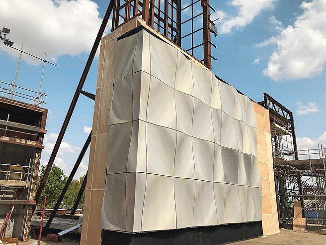 Individualisierte Aluminiumfassade von Pohl für den Bau eines fünfstöckigen Privatclubs auf einem ehemaligen Londoner Hafengelände.