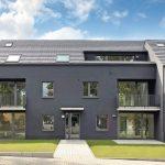 Das Gartenhaus mit seinen drei versetzten Kuben knüpft an die Reihenhaussiedlung der Gartenstadt Falkenberg an und interpretiert sie zeitgemäß. Bild: Deutsche Poroton / Lon Godin