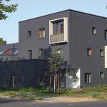 Das dreigeschossige Vorderhaus mit Flachdach beherbergt u.a. eine Wohngemeinschaft für Schlaganfallpatienten. Das eingeschossige Sonderbauteil – der Welterberaum – dient als Veranstaltungs- und Gemeinschaftsraum. Bild: Deutsche Poroton / Wolfgang Deil