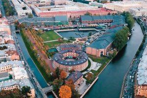 """An einem historischen Gebäudekomplex (""""New Holland"""") im Stadtzentrum von St. Petersburg wird derzeit eine umfassende Mauerwerksanierung durchgeführt."""