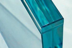 Glasbrüstung mit auflaminierter Glasscheiben von Sedak