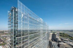 Eine neue dreifache Silber-Sonnenschutzglas-Beschichtung von Saint-Gobain sorgt für einen geringen Emissionsgrad bei hoher Transparenz.