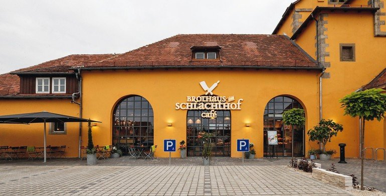 Bei der Sanierung des alten Schlachthofs in Rothenburg o.d.T. wurden im neuen BrotHaus-Café Holzdielen aus bis zu 200 Jahre altem Fichtenholz verlegt. Bilder: Uzin