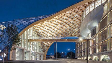 Brettschichtholz für gerade und unterschiedlich gekrümmte Träger verleimt zu einer gigantischen Holzgitterschale als Freiformkonstruktion. Bild: Swatch