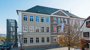 """Grundlegend modernisiert: Die """"Alte Knabenschule"""" mit der neuen Fachakademie für Sozialpädagogik und Berufsfachschule für Kinderpflege. Bild: Hardie Europe GmbH"""