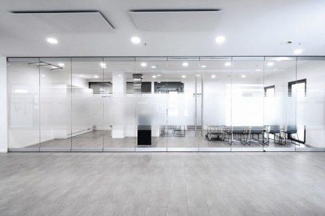 Automatische Verriegelung für manuelle Glas-Schiebewandsysteme