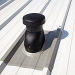Die Manschette wird an die Profilierung der Metalldachoberfläche angepasst. Bild: Klöber
