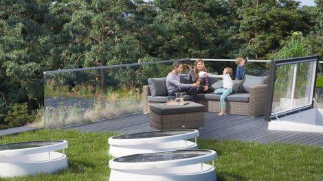 Familie auf Dachterrasse, begrünt mit Oberlichtern