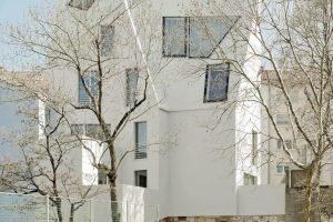 Brettsperrholz für konfigurierbare Decken- und Dachbauteile: Mitten in Stuttgart wurde ein Gebäude doppelt aufgestockt und zu Wohnraum ausgebaut. Bild: Lignotrend | Brigida Gonzales, Stuttgart