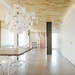 Die Deckenelemente wurden schon werkseitig mit endfertigen, raumakustisch wirksamen Echtholzuntersichten in astfreiem Lärchenholz ausgestattet. Bild: Lignotrend | Brigida Gonzales, Stuttgart