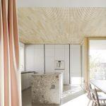 Deckenbauteile mit feiner Profilierung geben den Flächen Struktur und den Räumen beste Schallverteilung. Bild: Lignotrend | Brigida Gonzales, Stuttgart